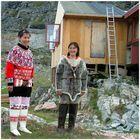 Frauen in traditioneller Kleidung in Ukkusissat