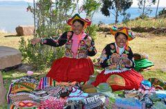 Frauen von Llachon am Titicacasee in ihren Trachten