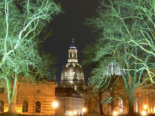 Frauenkirche durch die Bäume