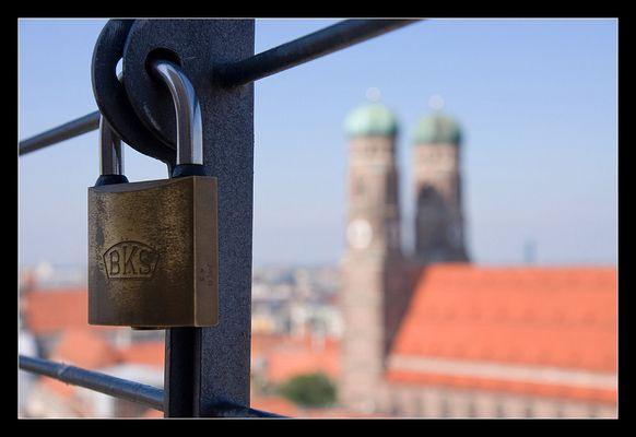Frauenkirche hinter Gitter