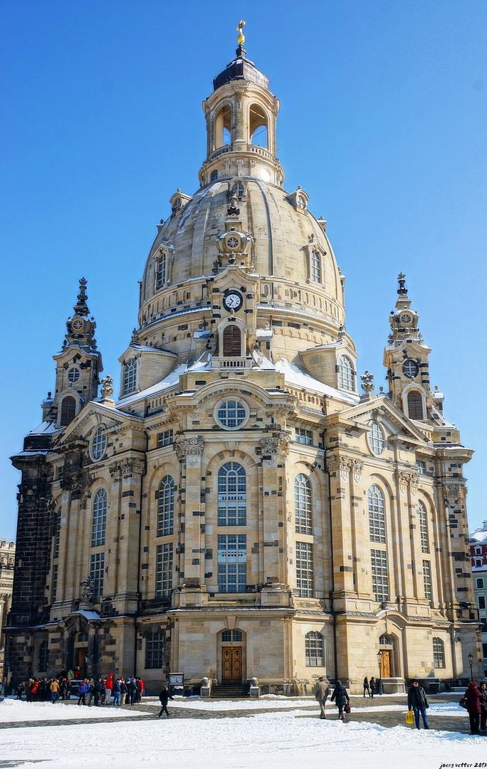 Frauenkirche im späten Schnee und Sonne