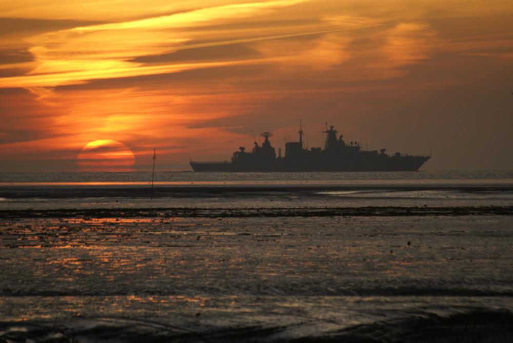 Fregatte beim Sonnenaufgang