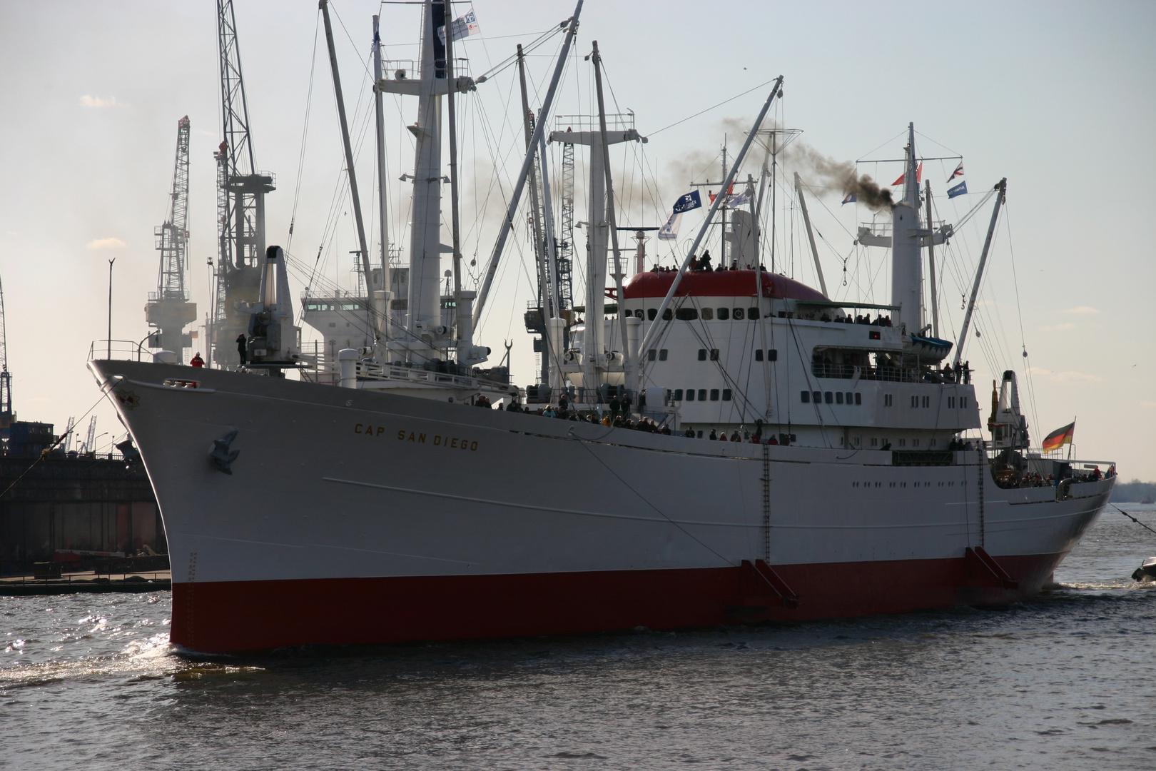 Freie und Hansestadt Hamburg -Einfahrt der Cap San Diego-