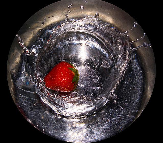 Freier Fall einer Erdbeere