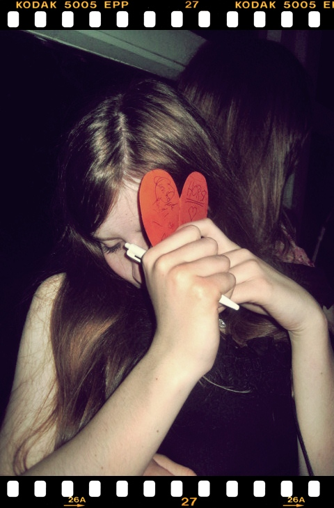 Freunde hinterlassen spuren in deinem Herzen .