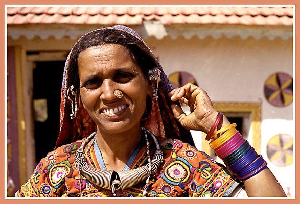 Freundliche Dorfbewohnerin in Gujarat (Indien)