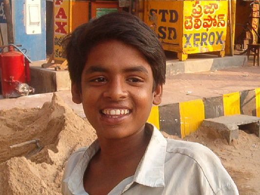 Freundlicher Indischer Junge