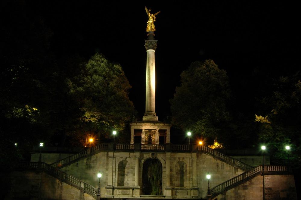 Friedensengel bei Nacht