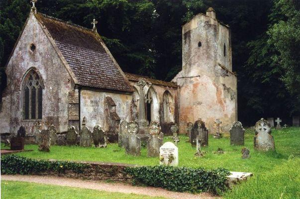 Friedhof mit Kirchruine im Brictonpark in England/Devon
