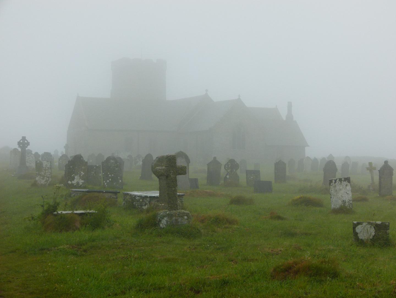 Friedhof und Kirchen im Nebel