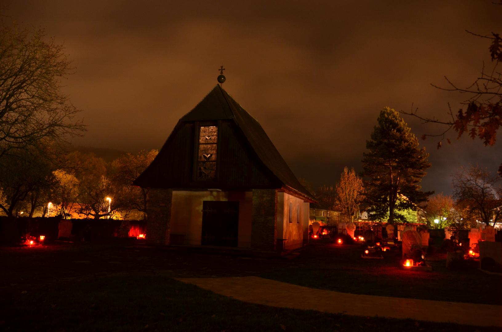 Friedhofskapelle bei Nacht