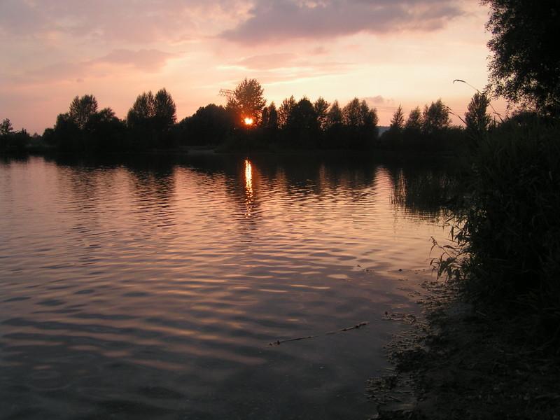 Friedlicher See am Abend