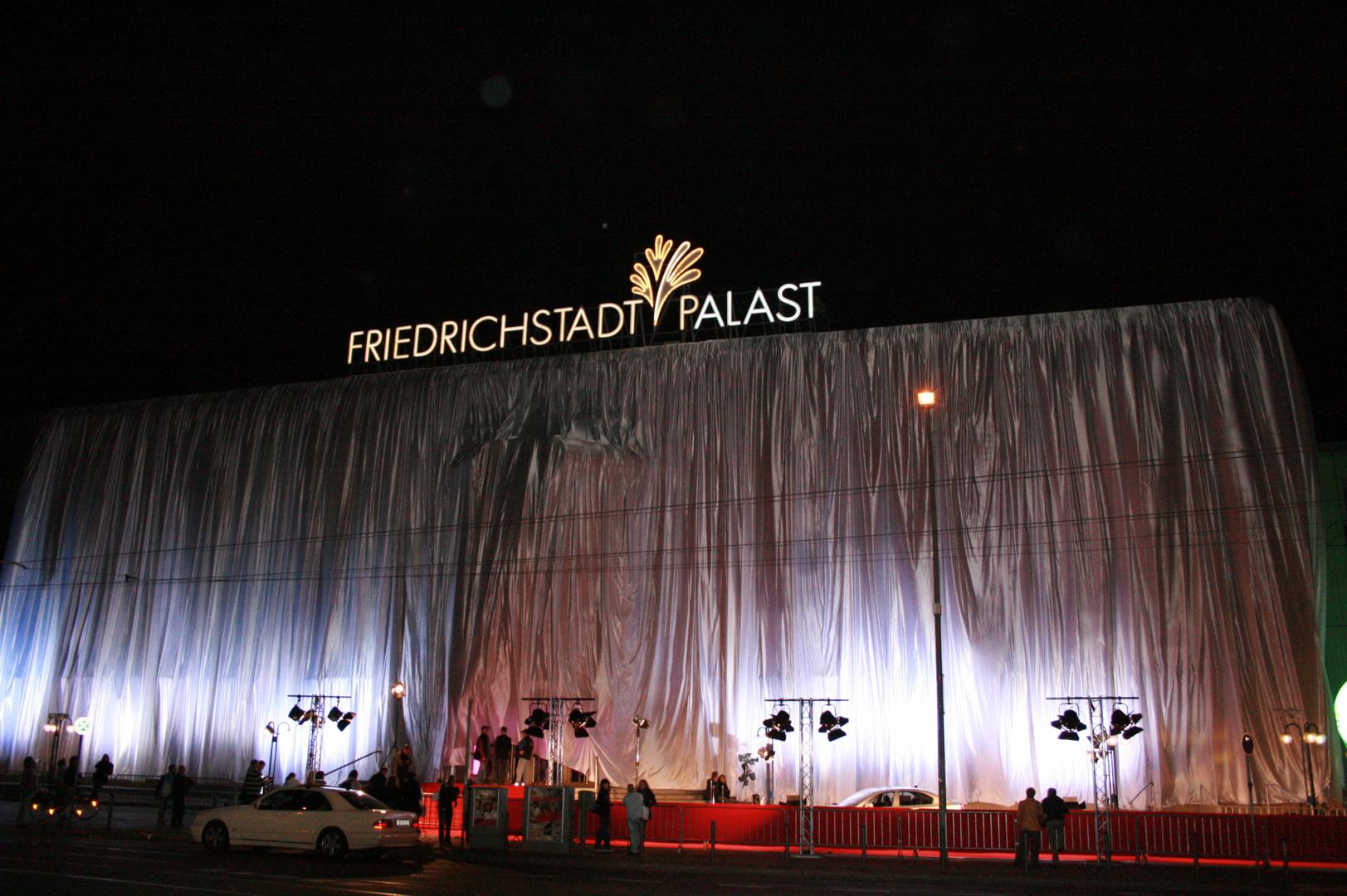 Friedrichstadtpalast eingehüllt