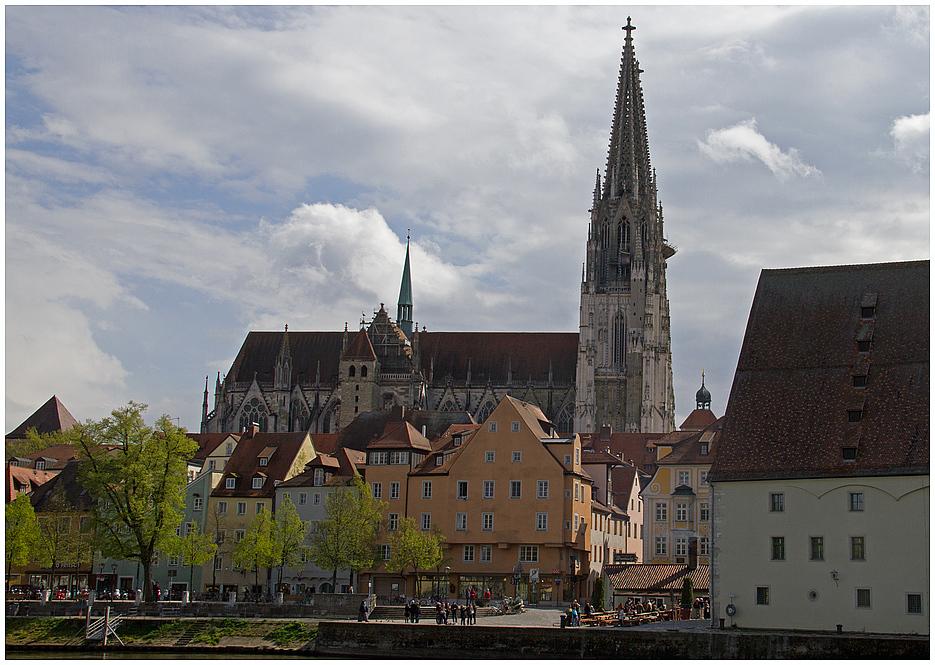 Friedvolle Donaulände unter weiß-blauem Himmel