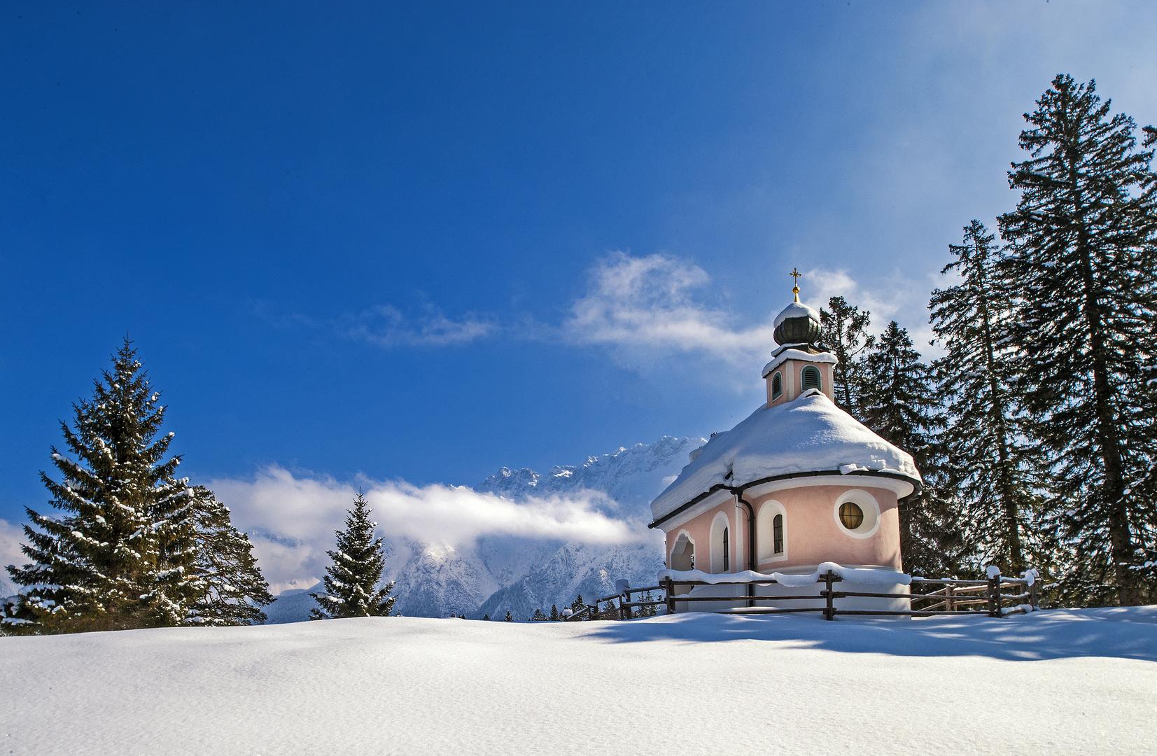 Frischer Schnee, die ersten Sonnenstrahlen und
