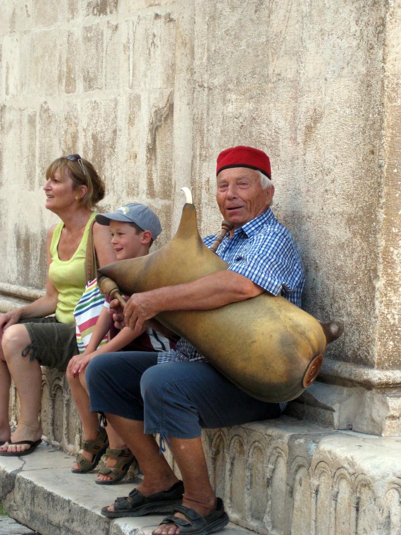 fröhlicher alter Herr mit Instrument - Kroatien, Trogir