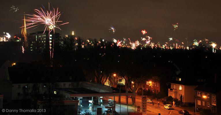 Frohes Neues Jahr 2013 Feuerwerk über den Dächern von Lünen