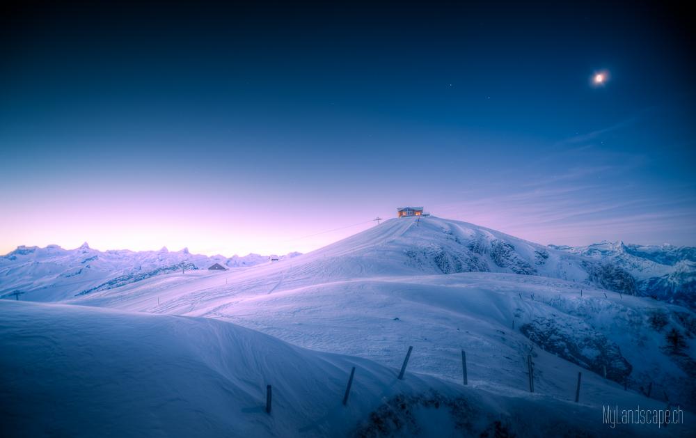 ^ Fronalpstock: Hütte und Mond am Morgen ~