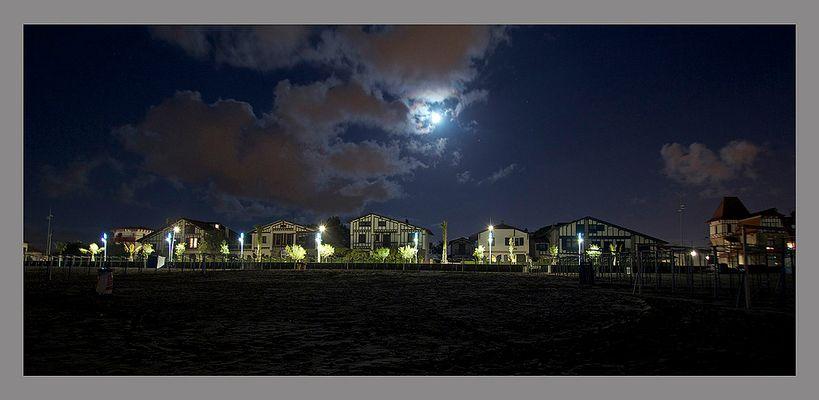 Front de mer de nuit à Hendaye
