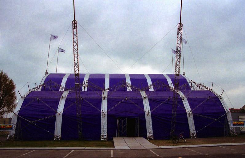 Frontansicht des Supermodernen Circus 180° Grad