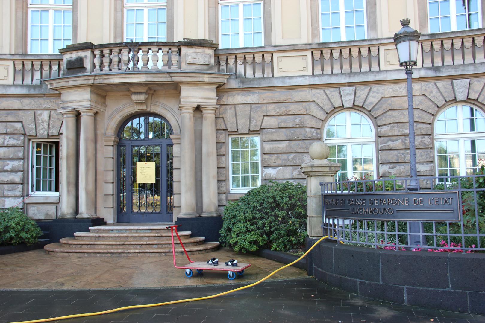 früh morgen vor der Banktür in Luxemburg