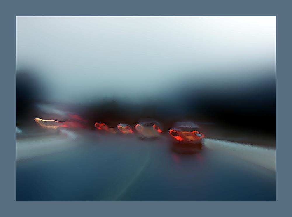 Frühmorgens auf herbstlicher Straße