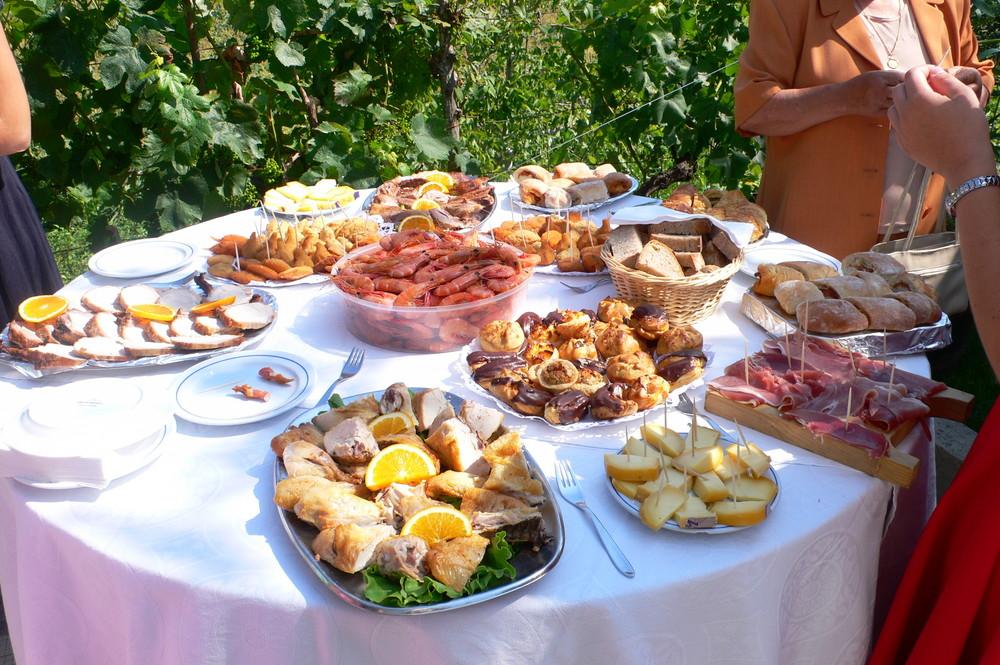 Frühstück Hochzeit    Auch die Brautjungfern tragen Kleider in Beeren Farben