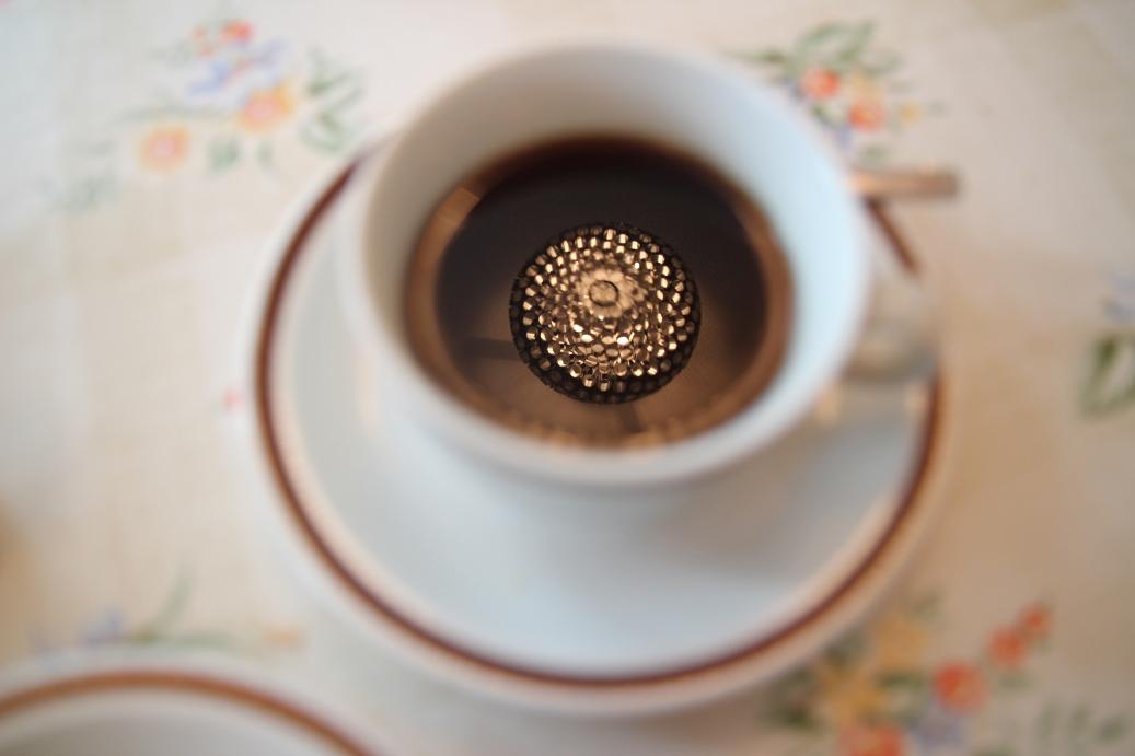 Frühstück im Ostel Berlin mit Kronleuchter im Kaffee