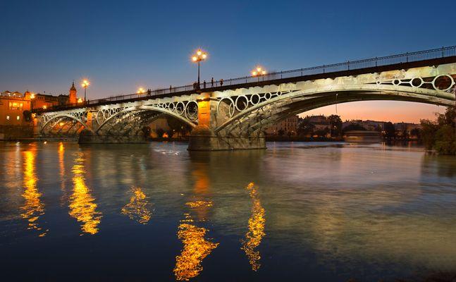 Fuego en el río Guadalquivir a su paso por Triana