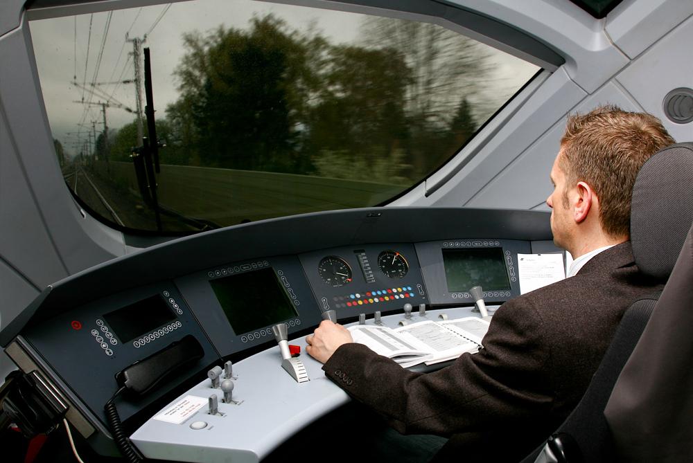 Führerstand des Triebzuges 4011 (DB 411)