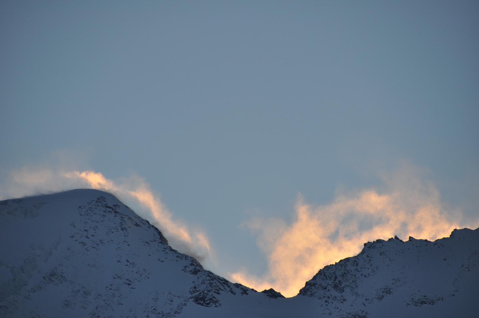 Fumerolles de fin du jour en haute montagne