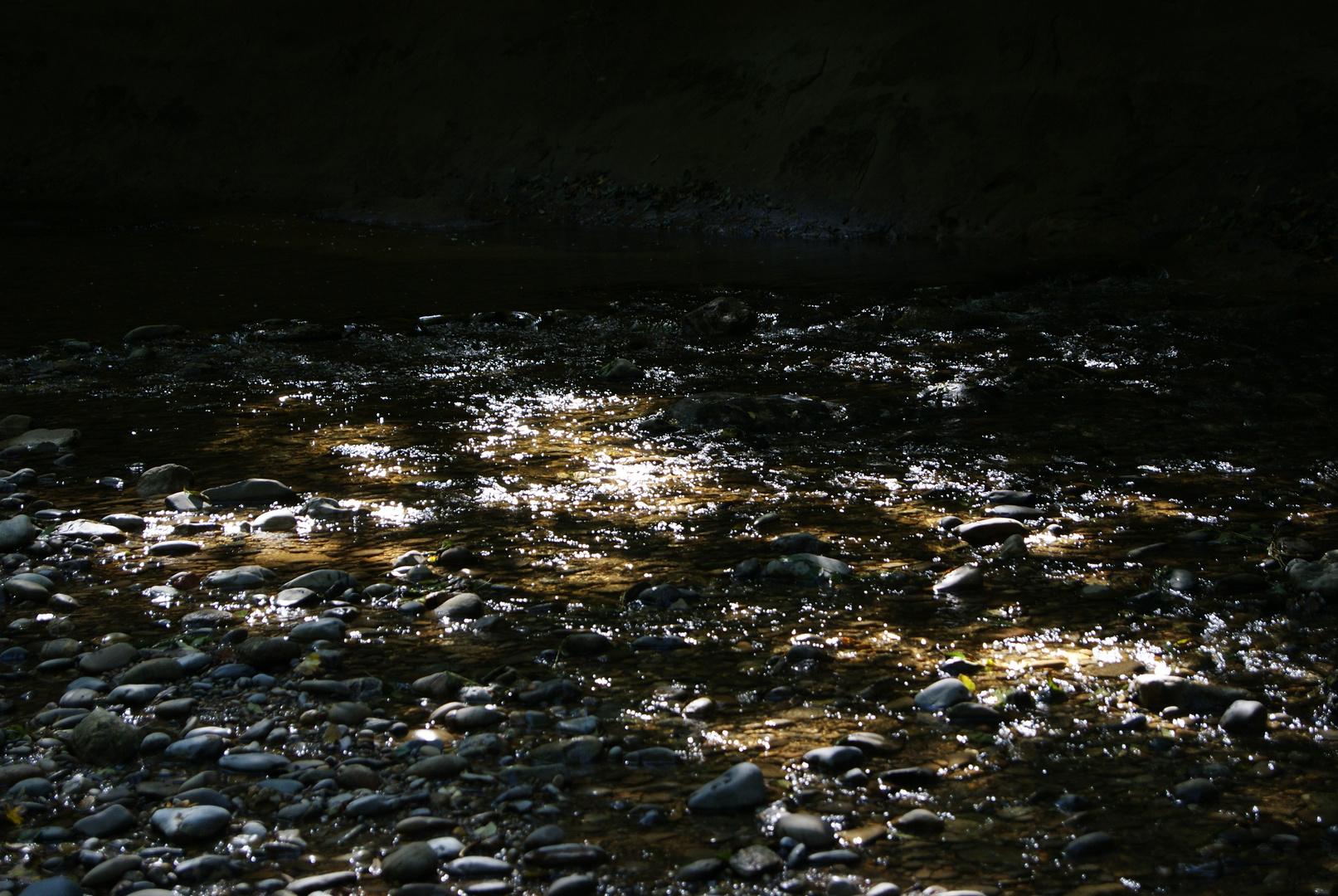 Funkelndes Leuchten in Seichten Wasser