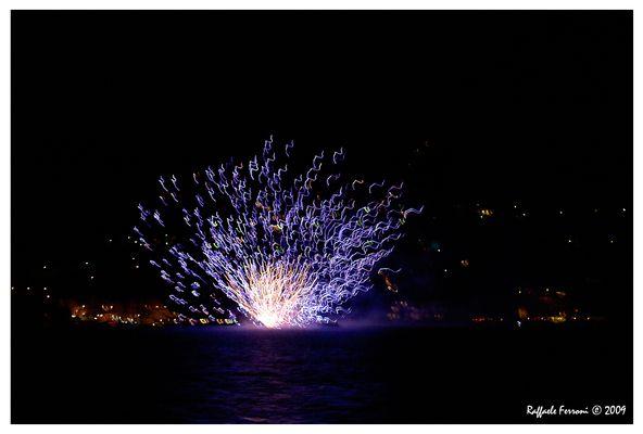 Fuochi d'artificio sull'acqua