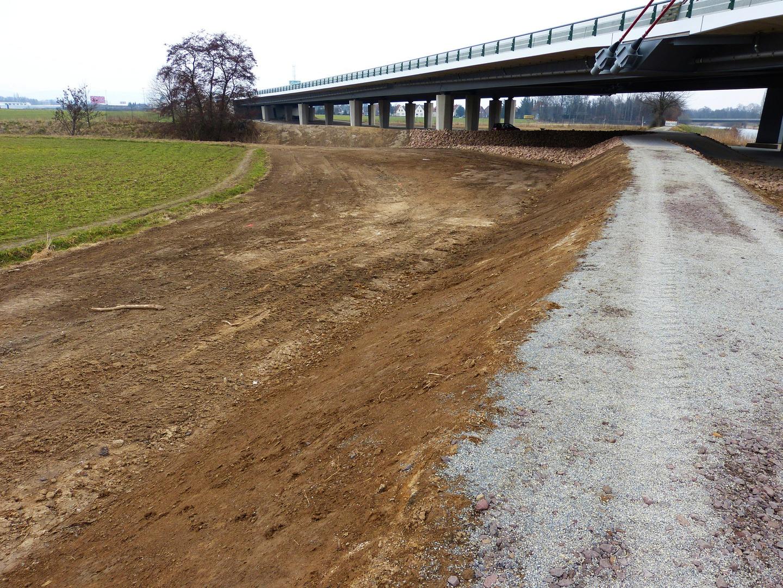 Fuß und Radweg unter der neuen Brücke