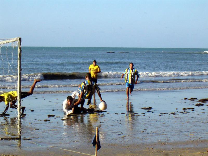 Fussbal lam Strand von Brasilien
