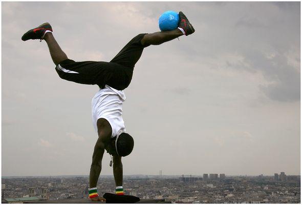Fußball-Freestyler über den Dächern von Paris