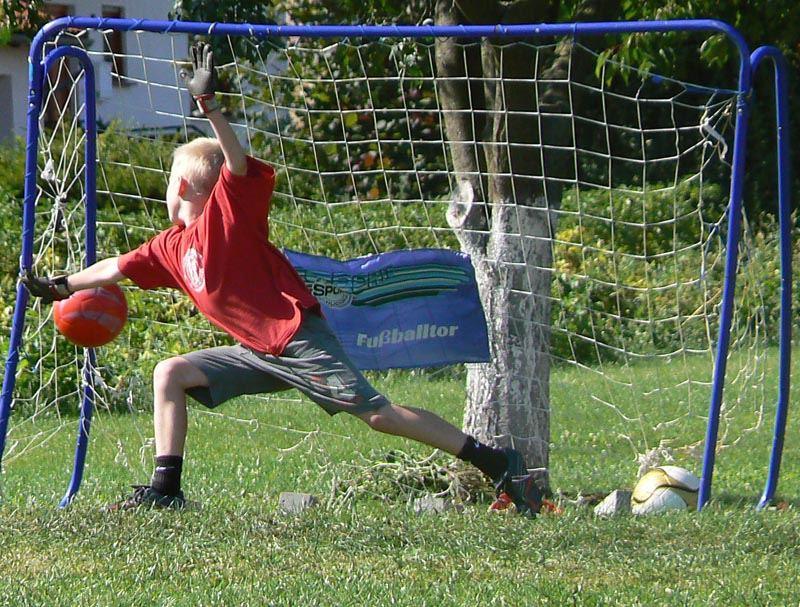 Fußball in Nachbars-Garten