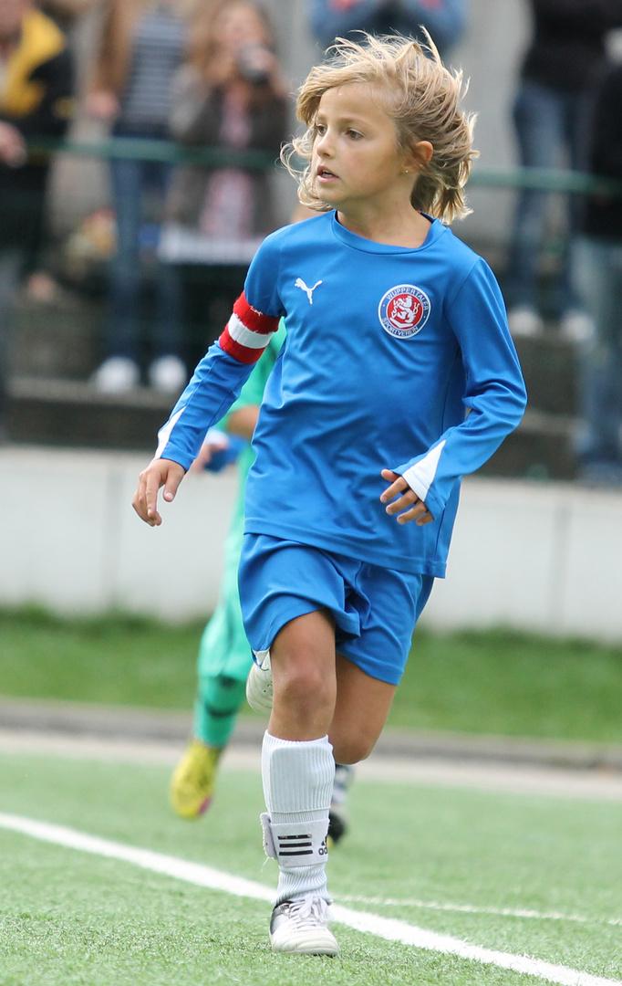 Fußballer Nico konzentriert