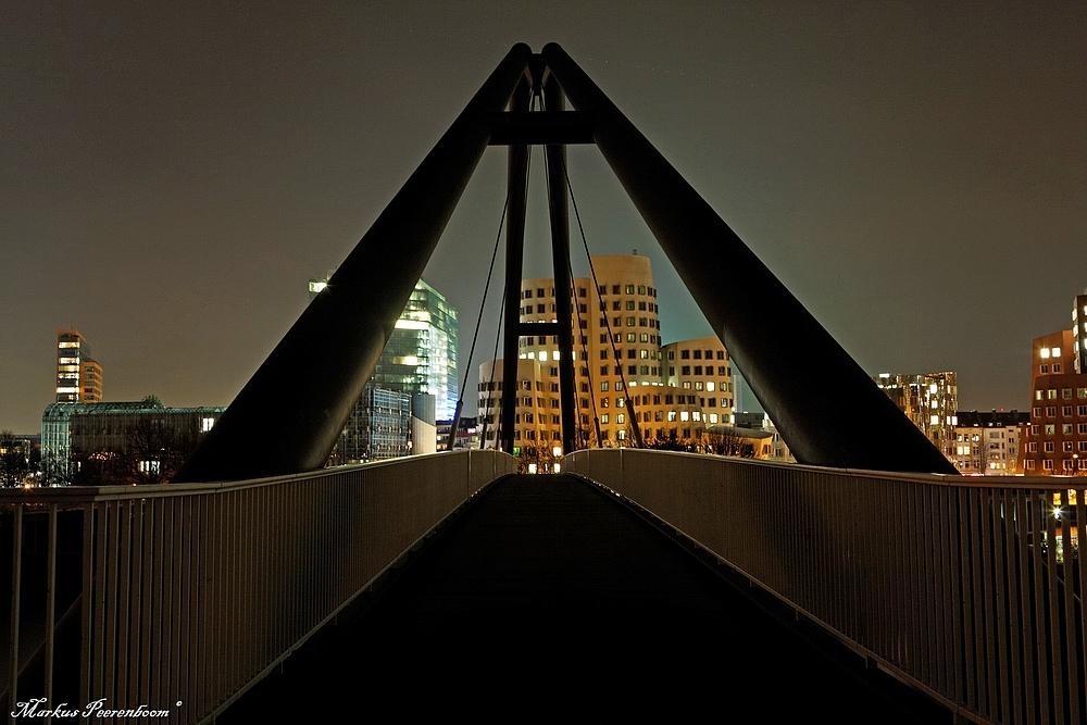 - Fußgängerbrücke am Medienhafen