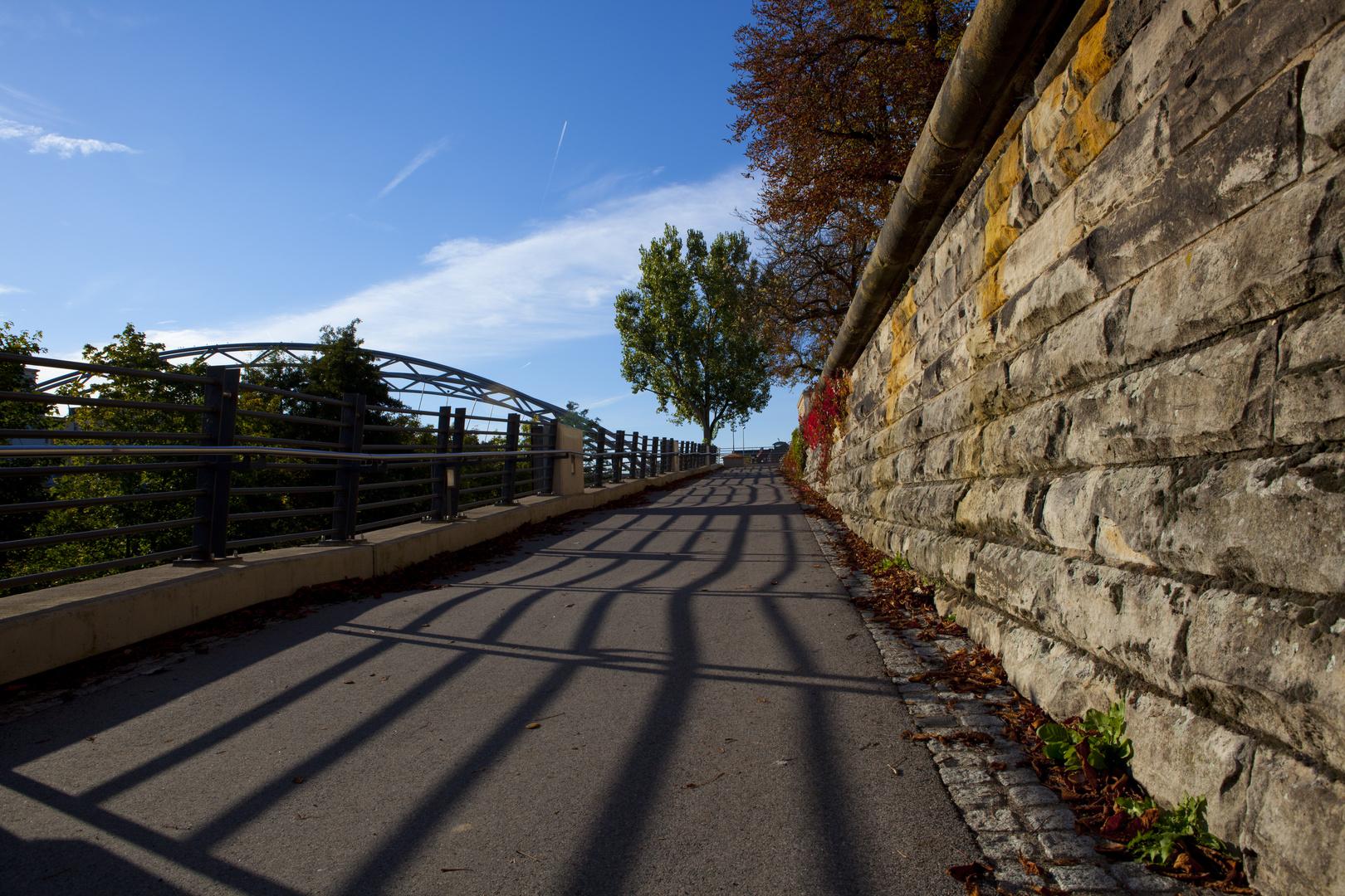 Fußweg zur Luitpoldbrücke im Herbst
