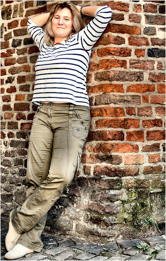 Gabi - Entspannt an der Wand