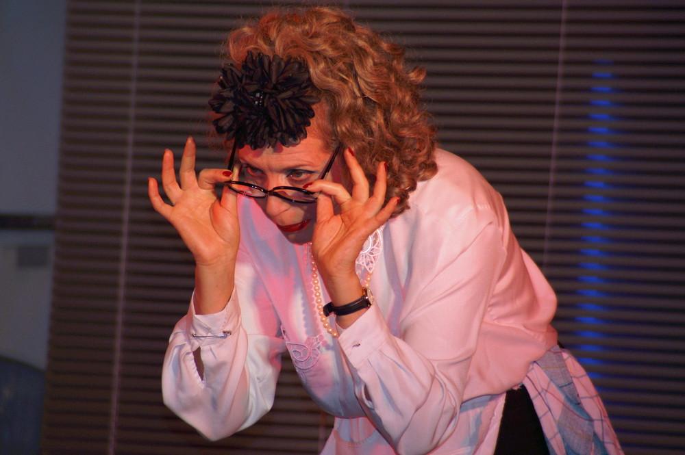 Gabi Weiss bei der Arbeit als Irmgard Knüppel