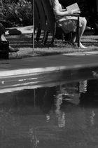 Gäste während einer Zeremonie am Pool