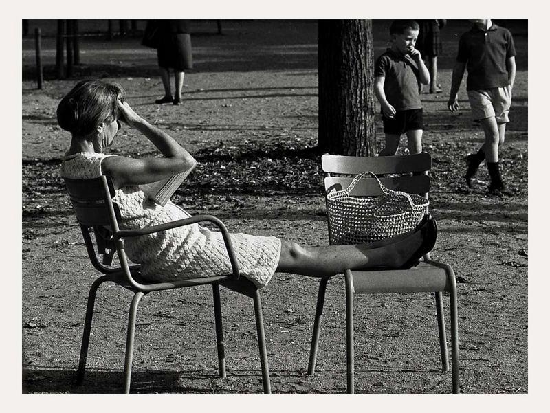 Gallimard lesen. Im Jardin du Luxembourg.