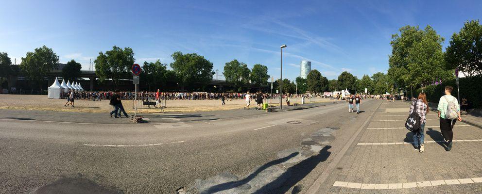 Gamescom 2015: Warten auf dem Schotterparkplatz