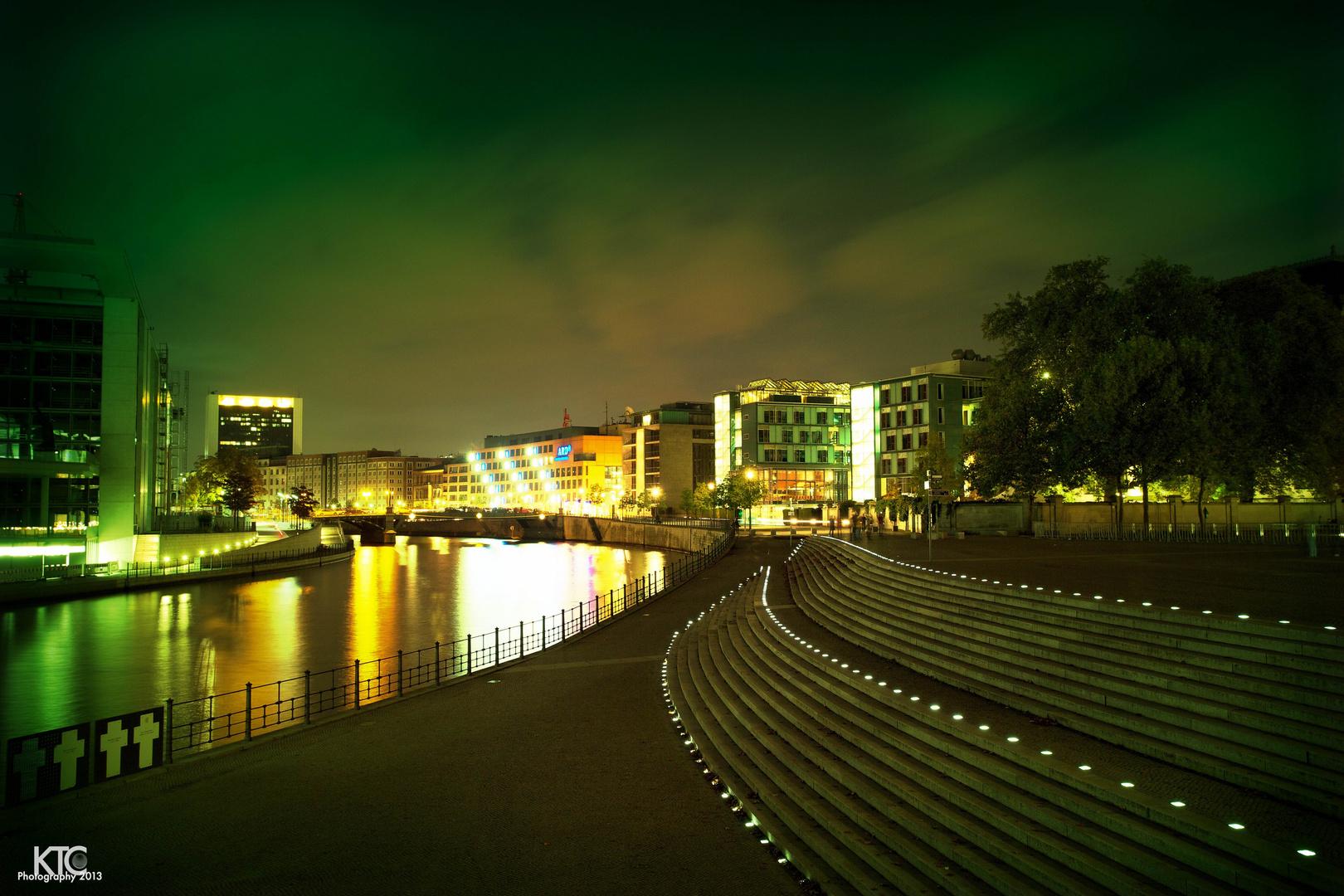 Gang durch das Regierungsviertel bei Nacht