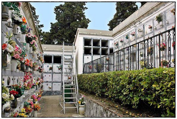 Gang über einen italienischen Friedhof