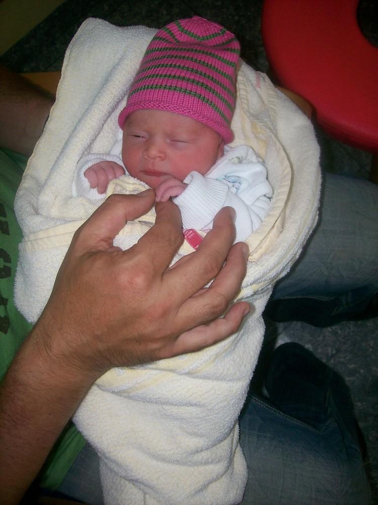 Ganz schön groß Deine Hand, Papa....! Sophia K.