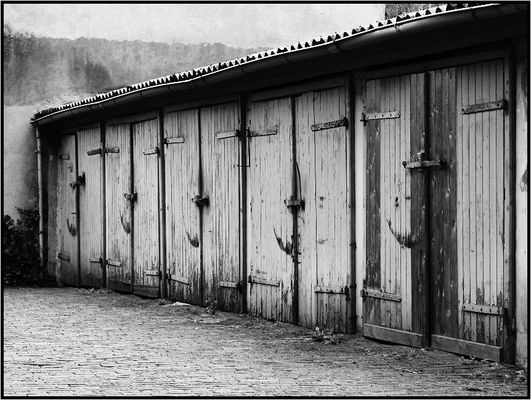Garagen-Tore in einem Hof ...