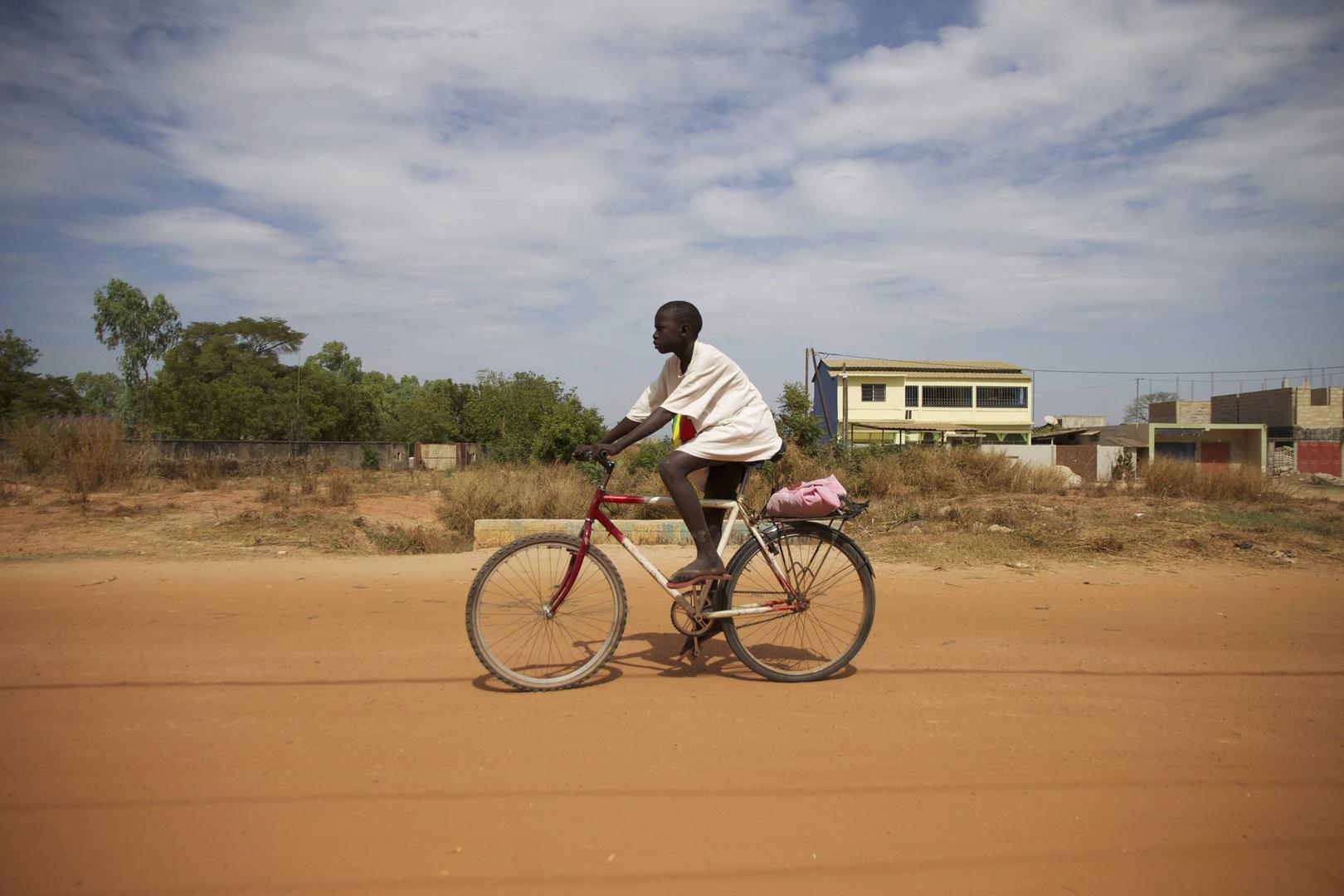 Garçon sur le vélo